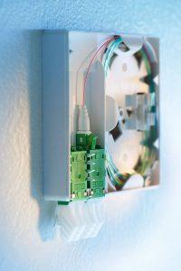 Der feldmontierbare Glasfaserstecker FO Field 2.0 von R&M deckt erstmals alle Kabeltypen ab. Eine innovative Klemmtechnik fixiert Adermantel und Faser. Dadurch steigt die Stabilität der mechanisch hergestellten Glasfaserverbindung.