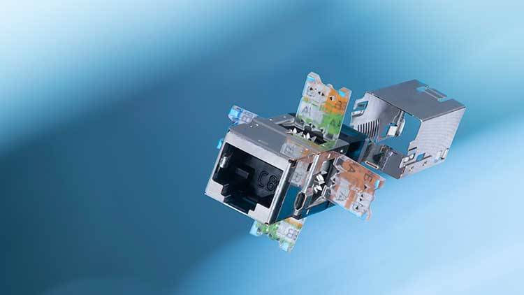 Herzstück des Kat. 8.1 Verkabelungssystems von R&M: das Anschlussmodul im universellen RJ45 Format. Es ermöglicht Datenübertragung bis 40-Gbit/s-Ethernet.