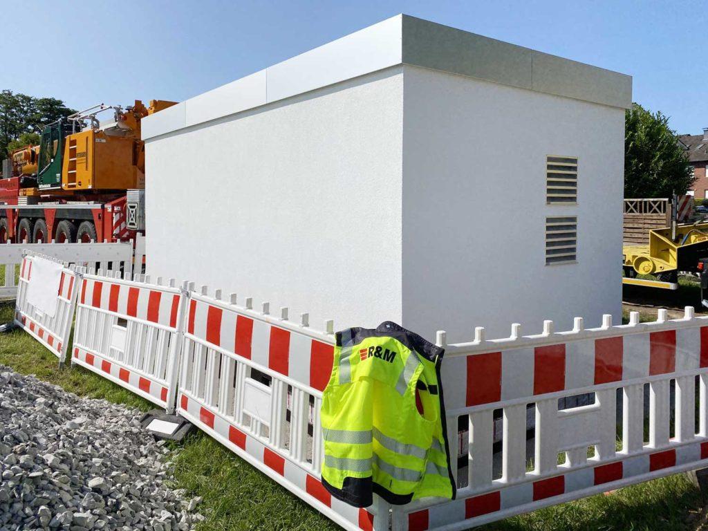Schlüsselfertige Point-of-Presence-Zellen liefert R&M Deutschland per Tieflader an den Einsatzort. Sie enthalten alles, was Netzbetreiber für die Verkabelung und den Betrieb der Knotenpunkte ihrer Glasfasernetze benötigen. Das erspart Bau- und Installationsarbeiten vor Ort. FTTH-Projekte kommen schneller voran.