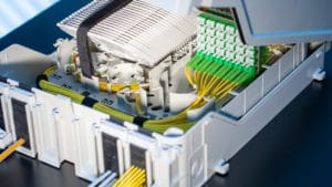 Polaris-boxen von R&M helfen FTTH-Netzbetreibern, die wachsende Zahl der Glasfaserkabel auf kleinstem Raum zu verbinden, um Gebäude vom Einfamilienhaus bis zu ausgedehnten Wohnanlagen mit Breitbandanschlüssen zu versorgen.
