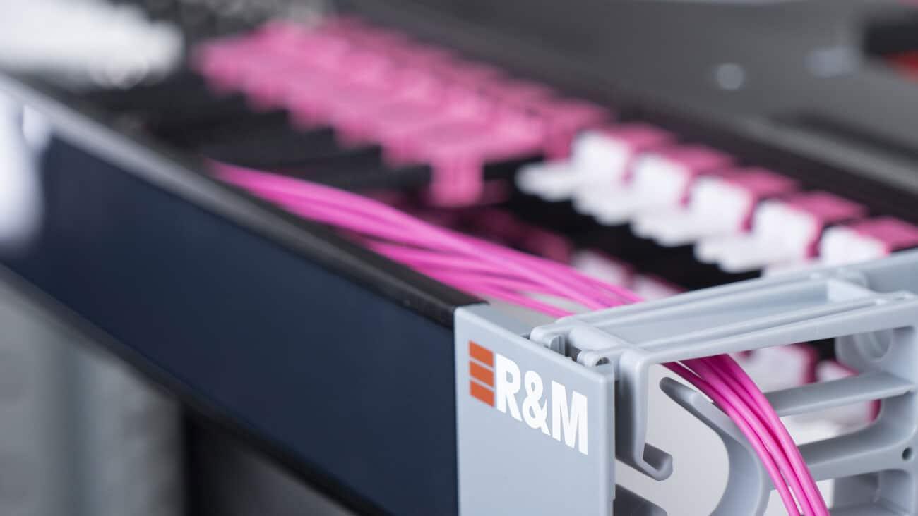 R&M erweitert Netscale-Verteilerfamilie für Rechenzentren um eine Kombilösung. Mixed-Media-Verkabelung für Rechenzentren und Büroverkabelung auf einer einzigen Höheneinheit.