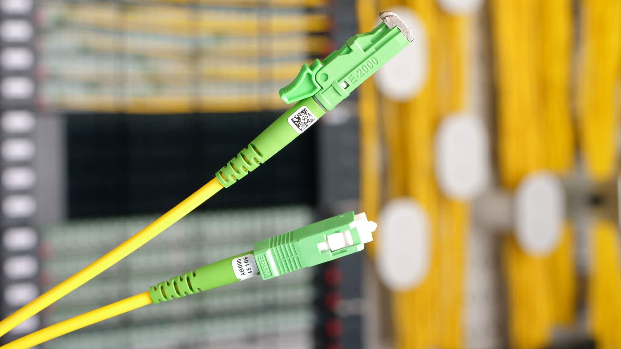 R&M digitalisiert das «Persönlichkeitsprofil» jedes Steckers. Mit DataMatrix-Code können die Messwerte abgerufen werden. Digitale Netzwerkdokumentation ersetzt Handarbeit und Stapel von Papier.
