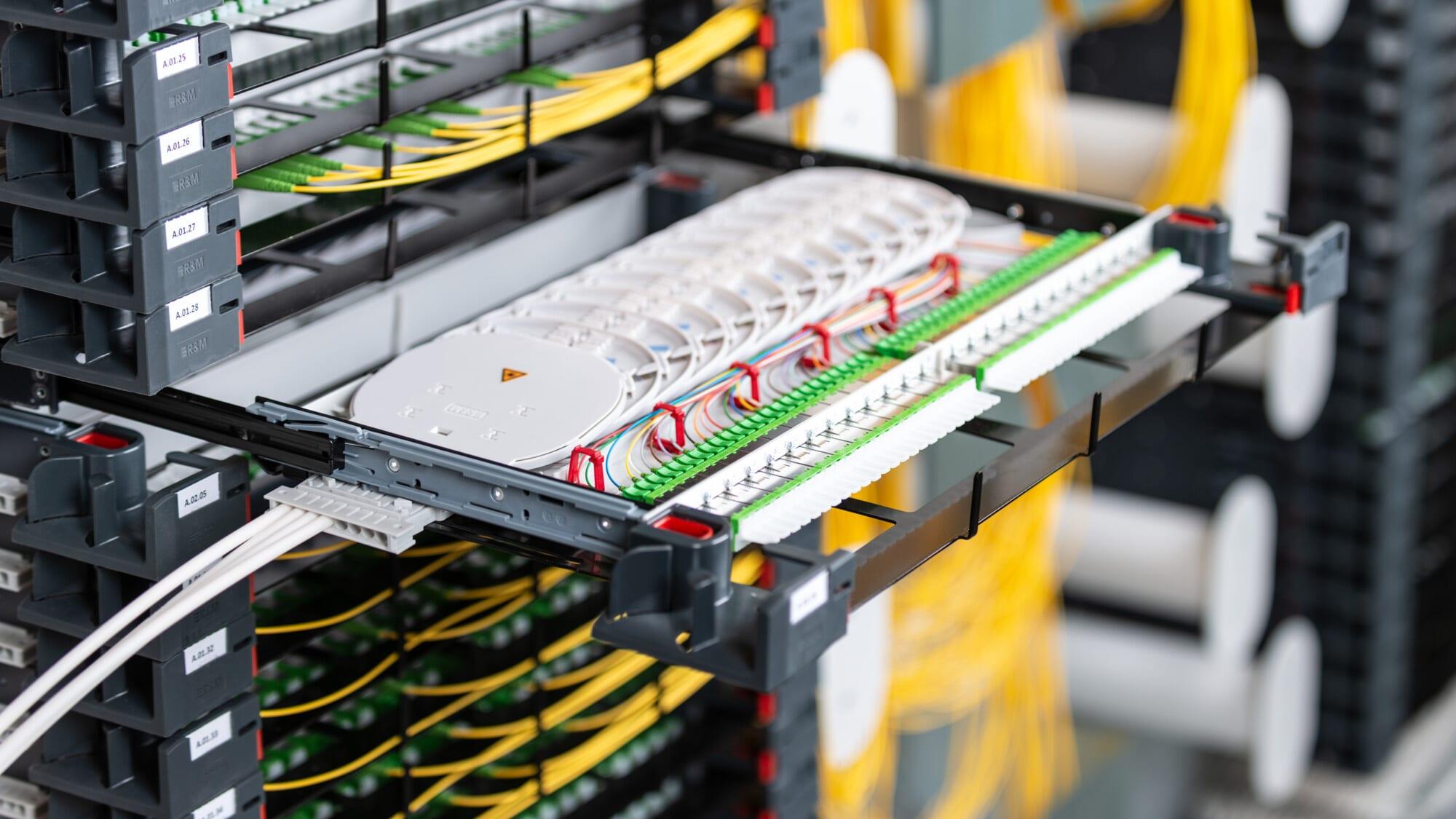 R&M erweitert Familie der PRIME-Glasfaserverteiler um Einschübe für das Einzelfasermanagement in FTTH-Zugangsnetzen. Kreuzungsfreie Faserführung erleichtert Administration.